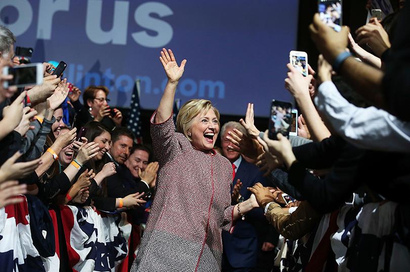 Хиллари Клинтон вудлиненном жакете Giorgio Armani
