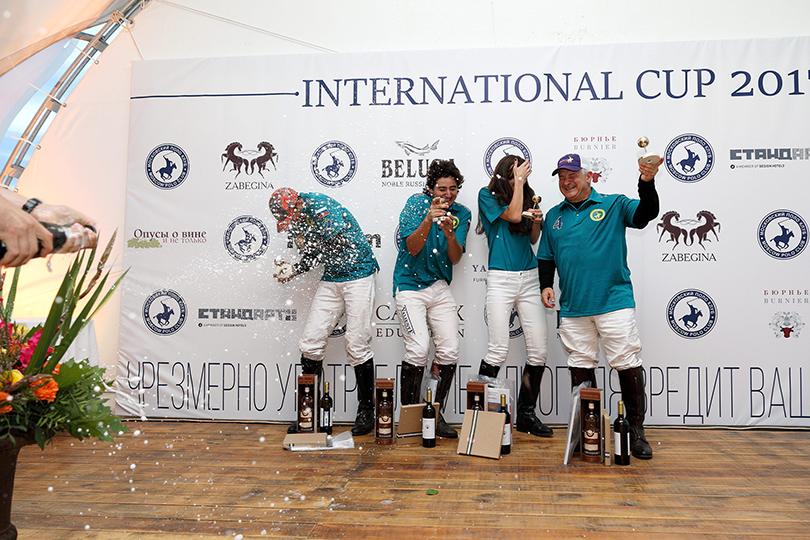 Победители (Moscow polo club) вбрызгах шампанского