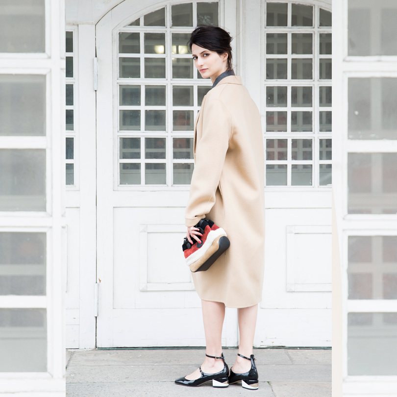 Пальто изшерсти икашемира Acne Studios, хлопковое платье Мonki, сумка изкожи имеха Longchamp, туфли излакированной кожи Jimmy Choo