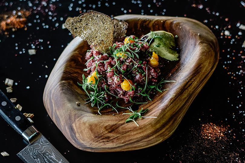 Ресторанные открытия недели: «Beef Рояль. Моцарелла буффало с томатным конфи, инжиром и соусом порто