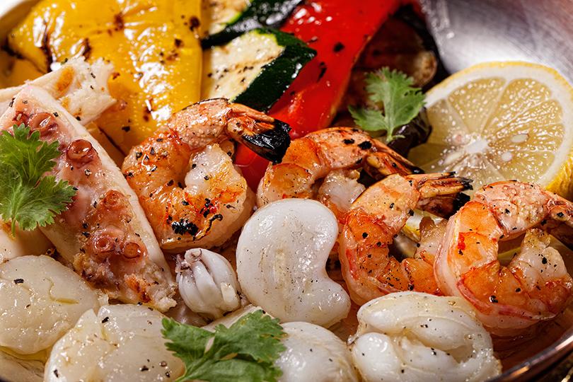 Ресторан «Медь». Морепродукты с овощами на гриле