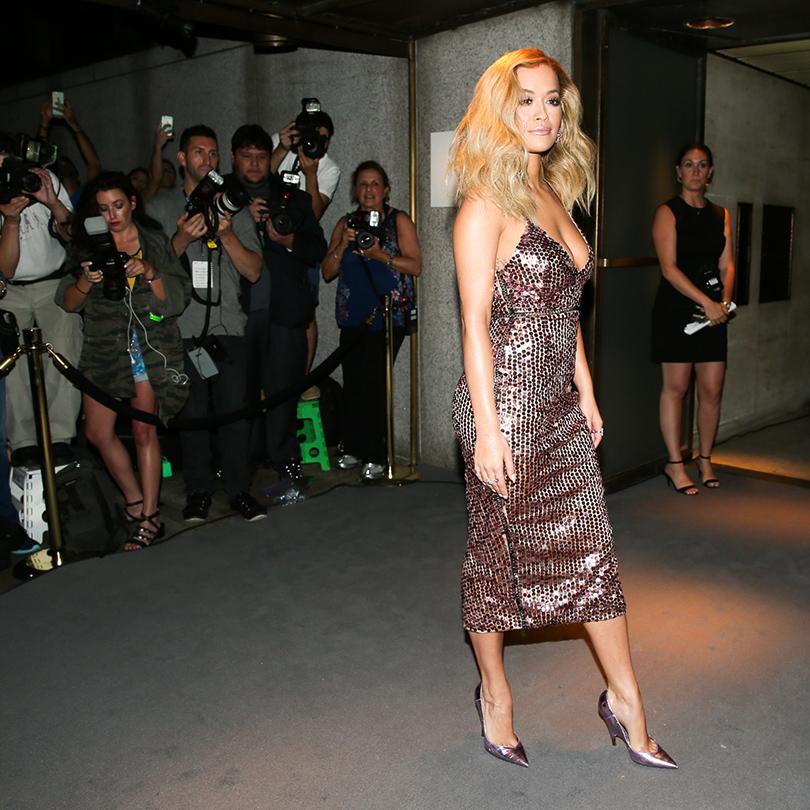 Рита Ора врозовом коктейльном платье спайетками илиловых туфлях изметаллизированной кожи скрокодиловым принтом