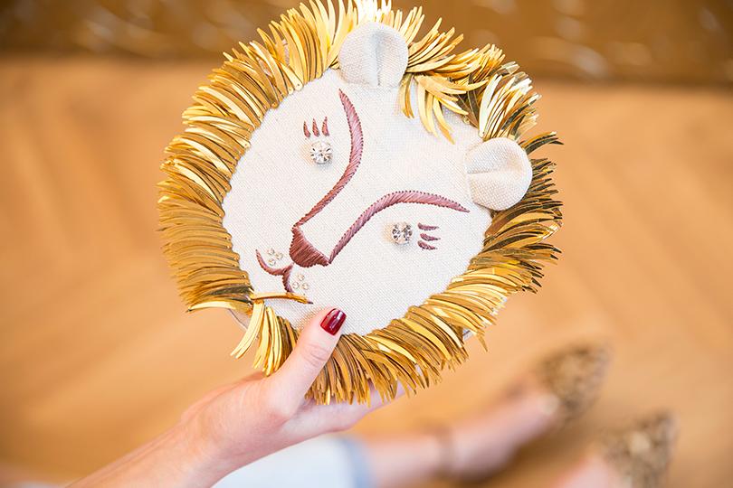 Абсолютный хит сезона— «львиный» клатч. Даже если выполностью облачитесь вчерное, или серое, или белое, одной такой детали достаточно, чтобы «сделать» образ, лишив его чрезмерной строгости.