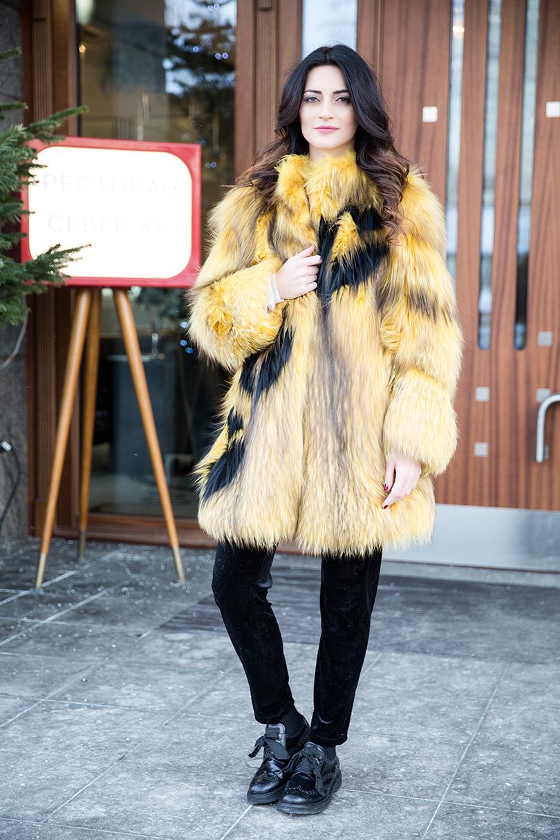 Полушубок измеха лисы Helen Yarmak, бархатные брюки Pinko, кожаные ботинки Prada