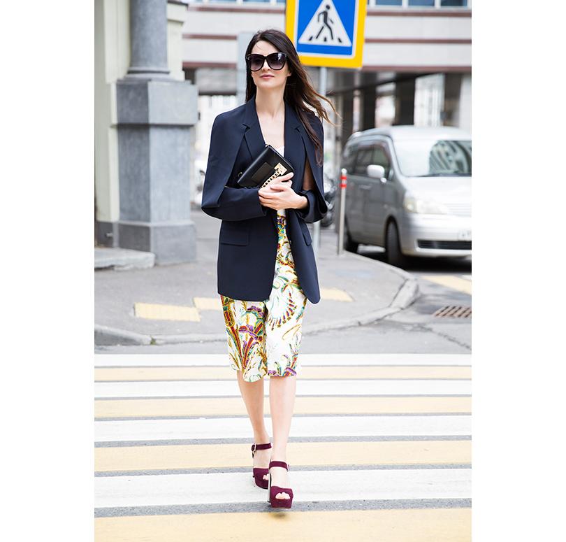 Пиджак изшёлка свискозой DKNY, шелковые кюлоты спринтом Philosophy diLorenzo Serafini, солнцезащитные очки Linda Farrow, кожаный клатч Sophie Hulme, туфли иззамши Prada
