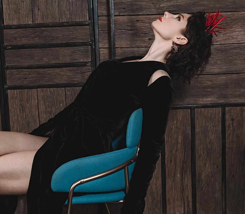 Платье избархата ссеткой— Alexandra Serova; ободок, украшенный перьями— Polyakov Couture; серьги изсеребра сродолитами икольцо изчерненого серебра сгранатами— Axenoff Jewellery