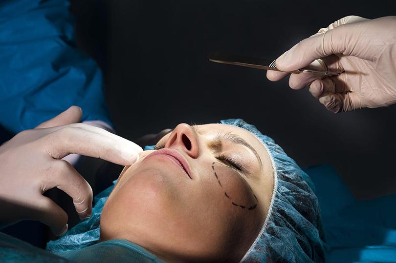 Как обезопасить себя от неожиданных последствий пластической хирургии и косметологии