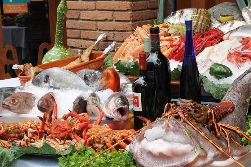 Арыболовов ждет поездка впорт: специалист побиологии моря Анна Боццано расскажет, как функционирует легендарный рыбный рынок, ипригласит надегустацию лучших ассорти изканапе взнаковых барах рыболовецкого района Барселонета
