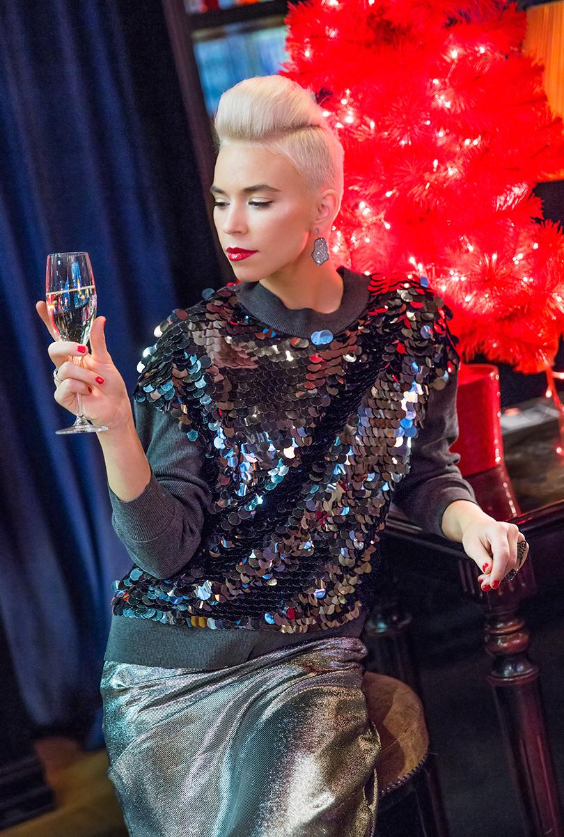 Трикотажный свитшот, расшитый пайетками— Achers, платье изшелка слюрексом Laroom, серьги изсеребра сбриллиантами Joya Jewelry, кольцо изсеребра сцирконами Wanna?Be!