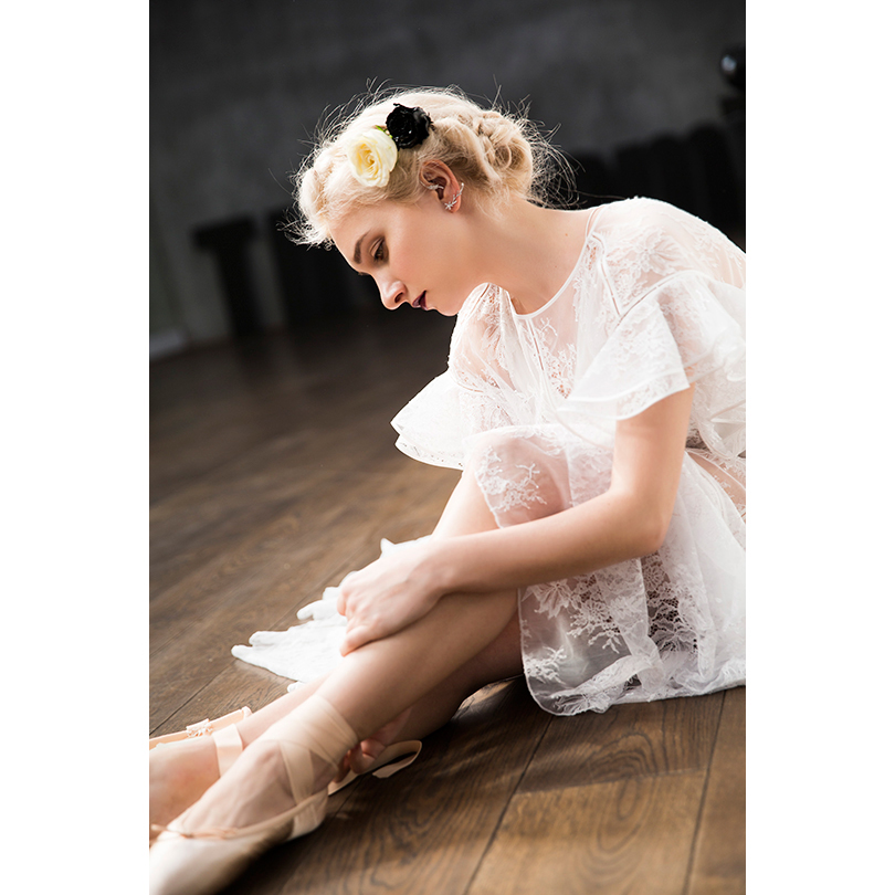 НаАлисе: платье изкружева Maison Esve, каффа избелого золота сбриллиантами, кольца изчерненого серебра сбриллиантами J-Point Jewellery