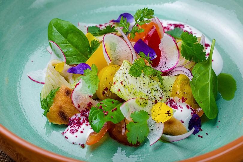 Весеннее меню вресторане AQChicken. Ливанский салат с курицей конфи с маслом из зеленого лимона