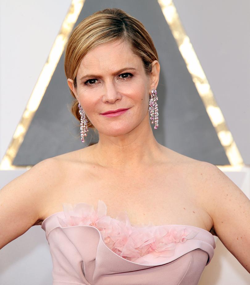 Ювелирные украшения звезд на церемонии «Оскар-2016»: Дженнифер Джейсон Ли в серьгах Piaget