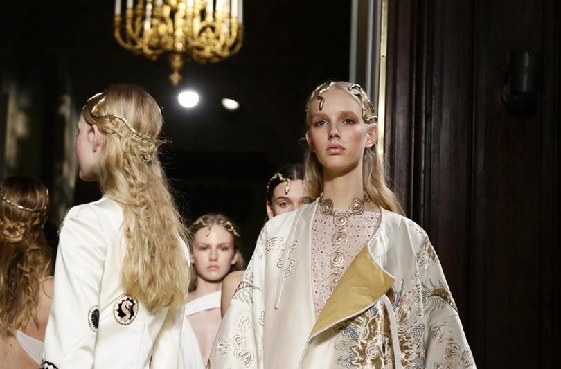 Уроки красоты с Евгенией Ленц: как повторить образы с показов парижской Недели высокой моды