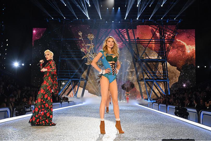 Style Notes: самые яркие моменты показа Victoria's Secret 2016. Леди Гага и Лили Дональдсон