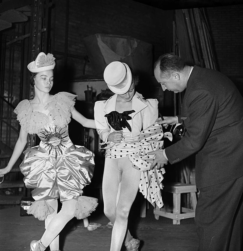 Кристиан Диор вносит последние изменения вкостюмы балерин перед постановкой балета Ролана Пети «13танцев». ©Dior