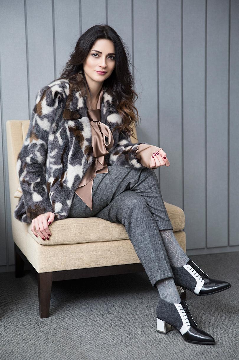 Полушубок измеха норки Aliona Krapivina, шелковая блузка Li-Lu, брюки изшерстяной ткани Les Copains, кожаные ботинки Alberto Guardiani