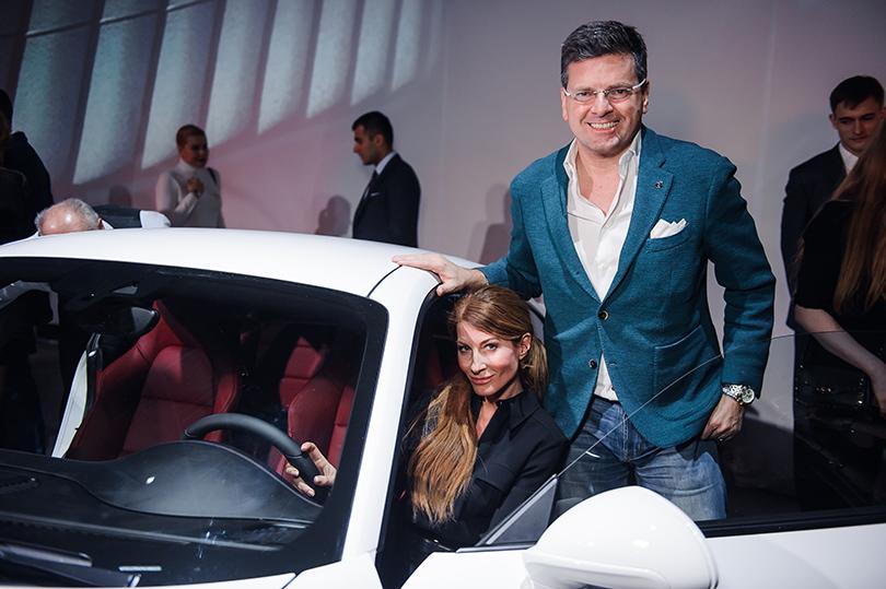 Авто: светская премьера новой модели легендарного Porsche в Москве. Константин Андрикопулос с супругой