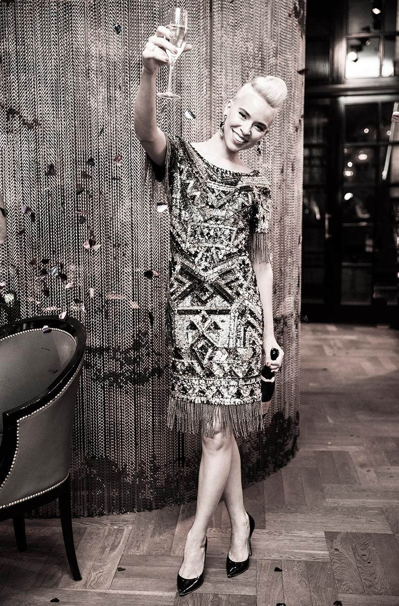 Платье изтрикотажа, расшитого бисером ипайетками— Alla Couture, серьги изстекла иметалла— Oscar delaRenta, туфли излакированной кожи Moreschi