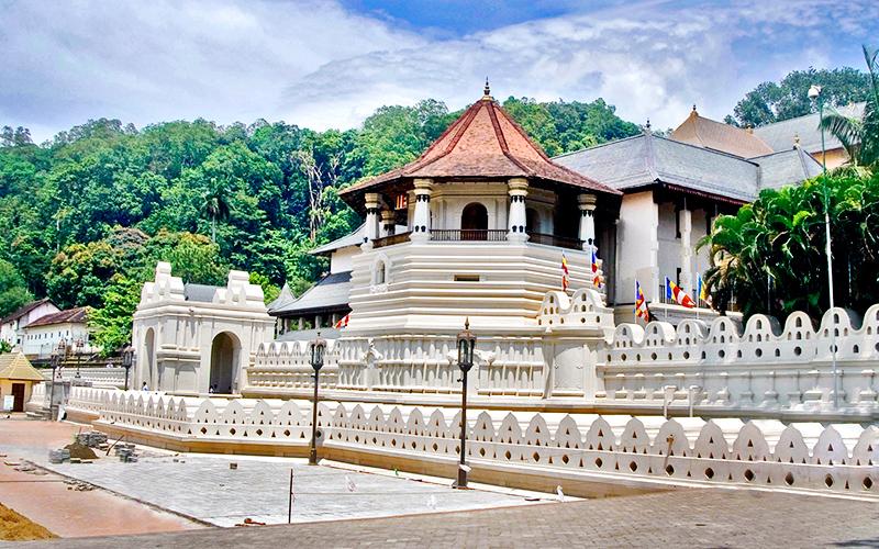 Храм зуба Будды  в городке Канди (Шри-Ланка)Храм зуба Будды  в городке Канди (Шри-Ланка)