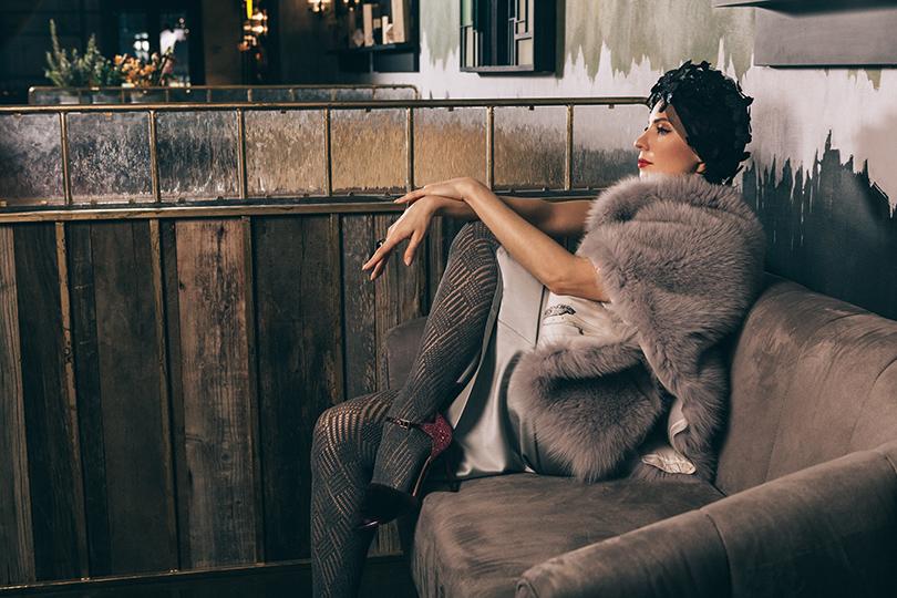 Шелковая юбка инакидка изшелка имеха песца— Ruban; шляпка изсетки, расшитая пластиковыми цветами— Polyakov Couture; кольцо иззолота срубинами, кольцо иззолота сагатом— Axenoff Jewellery; туфли изкожи имеха— Charlotte Olympia