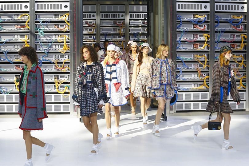 Style Notes: взгляд в будущее. Показ Chanel на Неделе моды в Париже