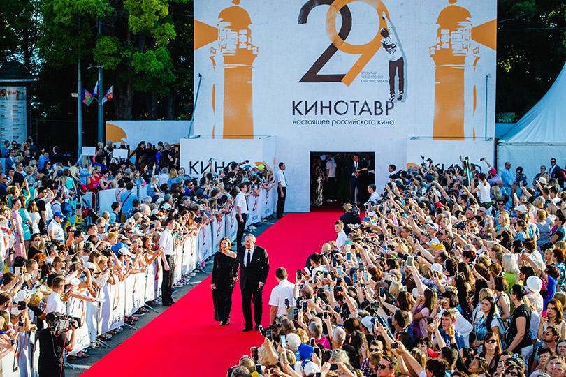Открытие XXIX фестиваля «Кинотавр» вСочи. Александр Роднянский сженой