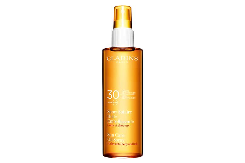 Умелые руки специалиста имасло-спрей для тела иволос Clarins Spray Solaire Huile сSPF 30— кожу под короткими волосами стоит защищать отсолнца