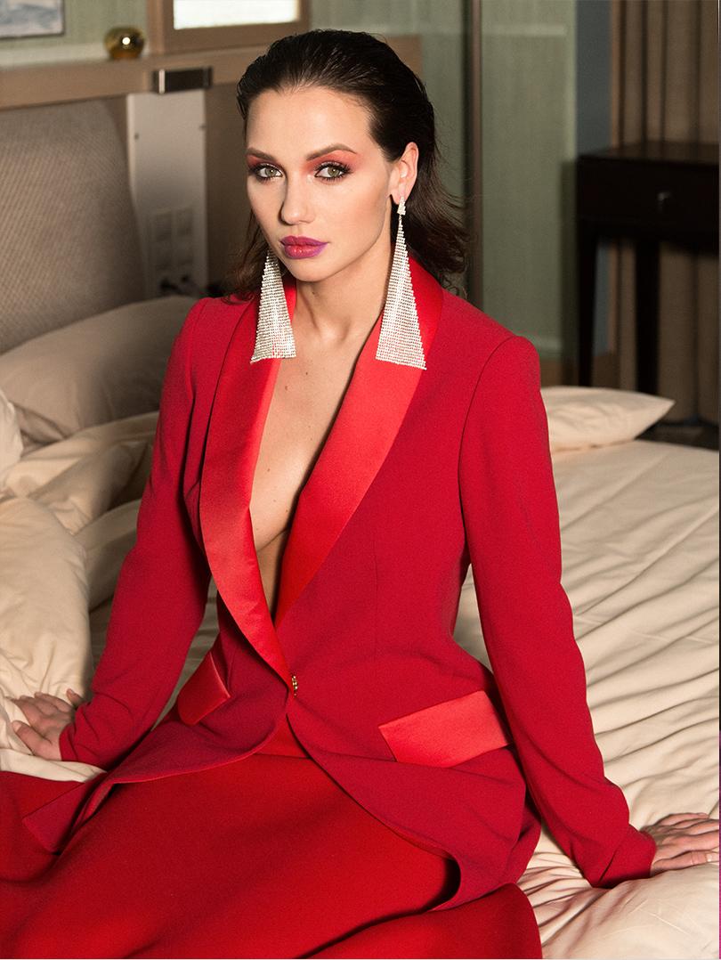 Жакет изшерсти сдобавлением полиэстера Louvery, юбка изшерстяного джерси Marni, серьги изметаллических пластин Magia diGamma