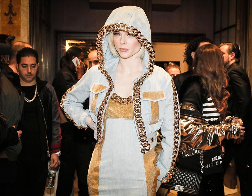 Street Style: уличный стиль наНеделе моды вНью-Йорке. Симон Роша на показе Philipp Plein