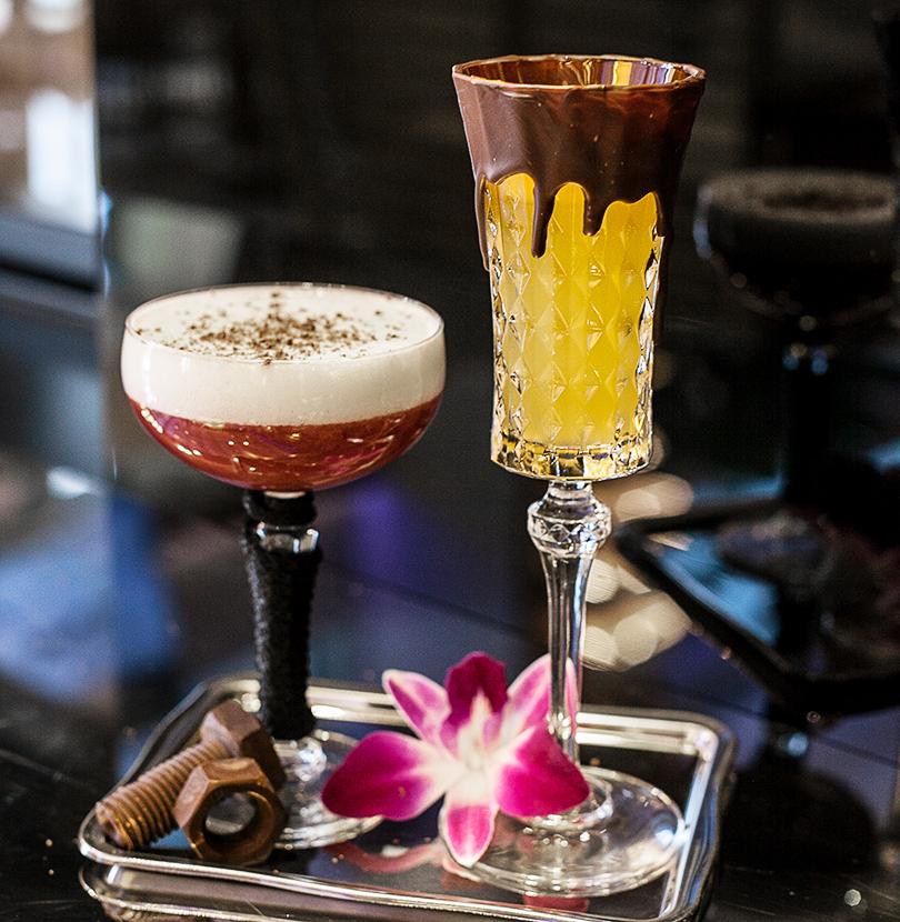 Авторские коктейли в Rose Bar: для него — микс из темного рома, портвейна и гранатового сиропа с пенкой из свежего ананаса, а для нее — коктейль на основе ванильной водки и ликера какао с маракуйей и темным шоколадом