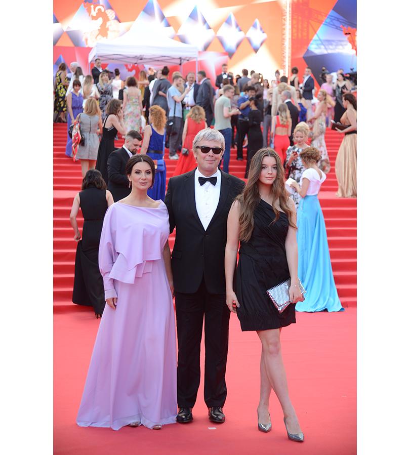 Открытие 38-го ММКФ. Екатерина Стриженова (в Victoria Andreyanova, украшения Chopard) с мужем Александром и дочерью