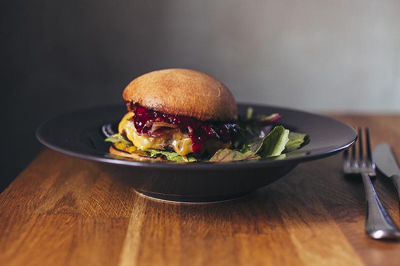 Что на ужин: обновленное меню в Dewar's Powerhouse. Бургер надомашней картофельной булочке, ссыром, беконом, вишневым соусом иогуречным вареньем