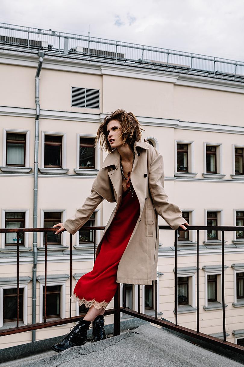 НаЛукерье: шелковое платье Gucci, тренч изплотного хлопка исерьги Dior, колье изтекстиля иметалла Lanvin, кожаные ботинки Louis Vuitton