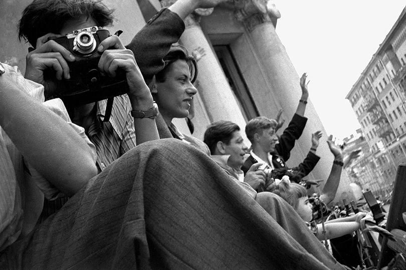 Фотолюбители набалконе.1957