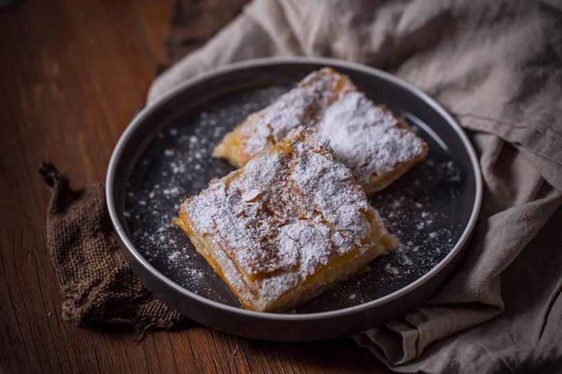 Molon Lave Live Бугаца— греческий пирог скремом изманки ихолодным какао