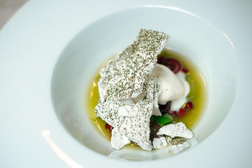 Йогуртовое мороженое с огурцами, маринованными в сиропе с мятой и меренгой из сушеного укропа. Игорь Гришечкин