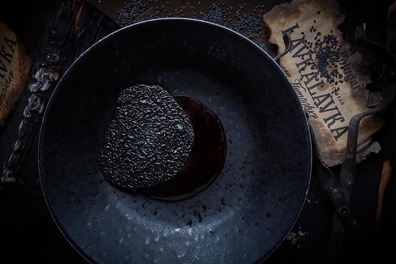 LavkaLavka Мороженое изчерного кунжута ссоусом извишни иполугара