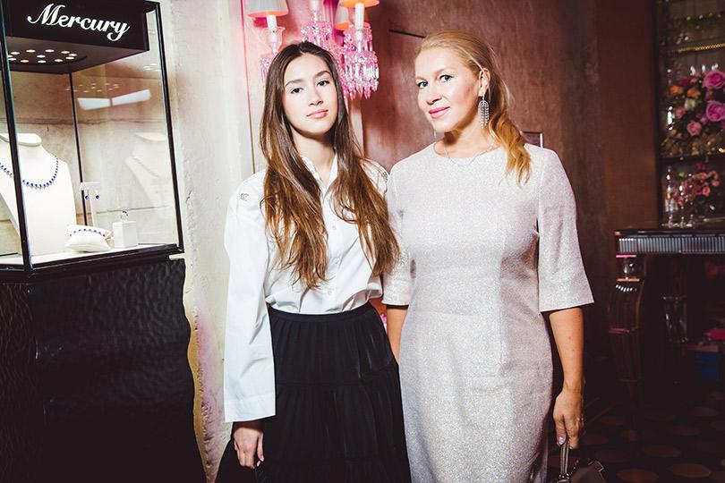 Компания Disney ипевица Зара пригласили гостей насветский завтрак вBaccarat Cristal Room. Екатерина Одинцова с дочерью