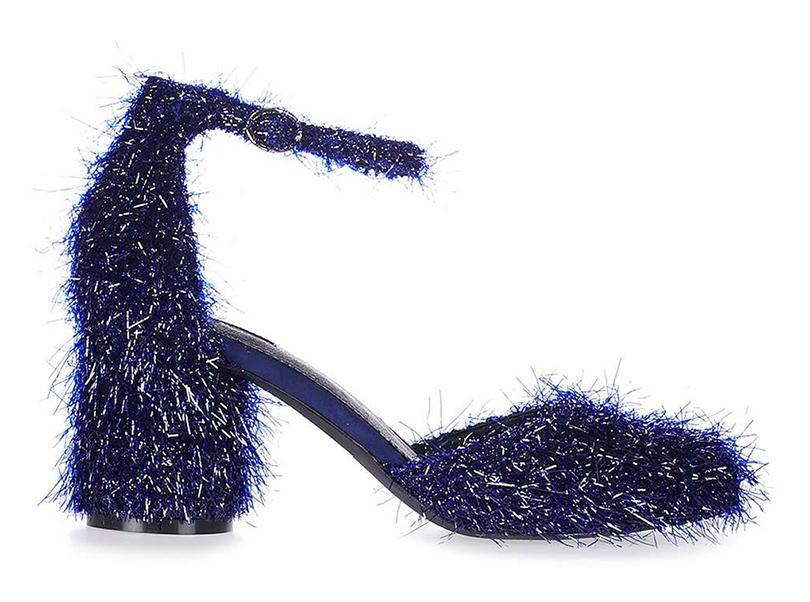 Новый год. Дресс-код: 28лучших пар обуви для новогодней вечеринки. Декорированные синей бахромой туфли Topshop