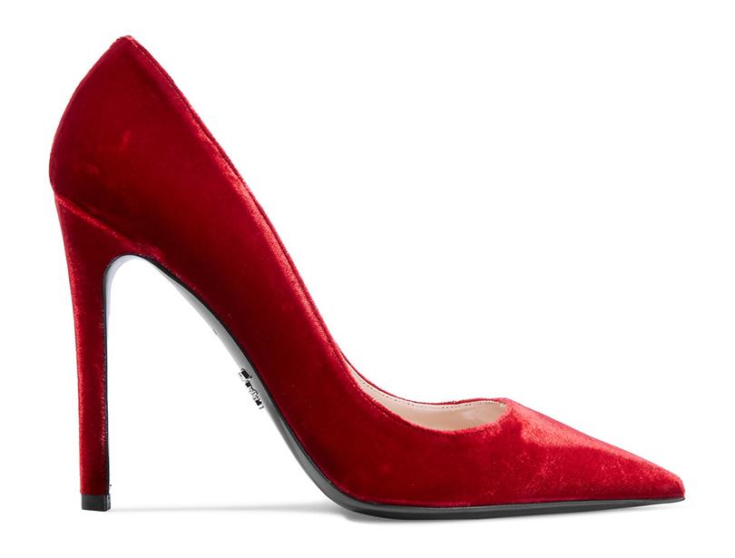 Новый год. Дресс-код: 28лучших пар обуви для новогодней вечеринки. Красные замшевые лодочки Prada
