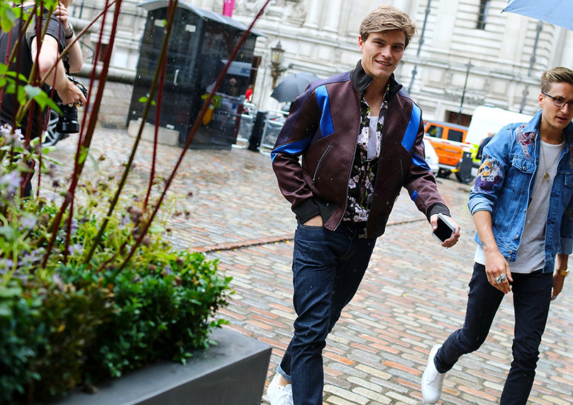 Street Style: лучшие образы на неделях мужской моды. Оливер Чешир