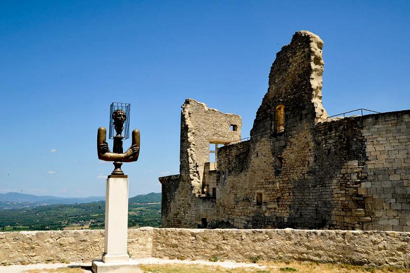 Во дворе замка маркиза де Сада