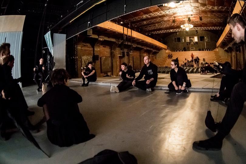 В«Гоголь-центре» прошла премьера спектакля «Маяковский. Трагедия». Филипп Григорьян (вцентре) нарепетиции сартистами «Гоголь-центра»