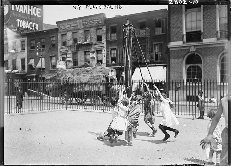 Posta Kids Club: интервью сГабриэлой Буркхальтер— куратором проекта «Арт-эксперимент. Игровая площадка: отНью-Йорка доМосквы» в«Гараже». Игровая площадка вНью-Йорке, 1910–1915гг. Библиотека Конгресса, Вашингтон (округ Колумбия) Предоставлено Библиотекой Конгресса