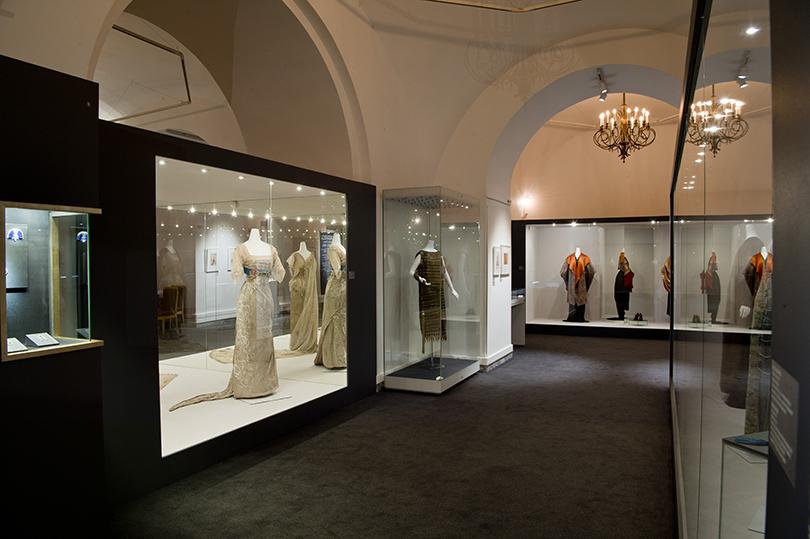 Идея науикенд: изучаем стиль ар-деко навыставке Института костюма Киото вКремле. В центре— вечернее платье (шелковый газ, золотая нить, вышивка, плетение) отМадлен Вионне (1927г.)