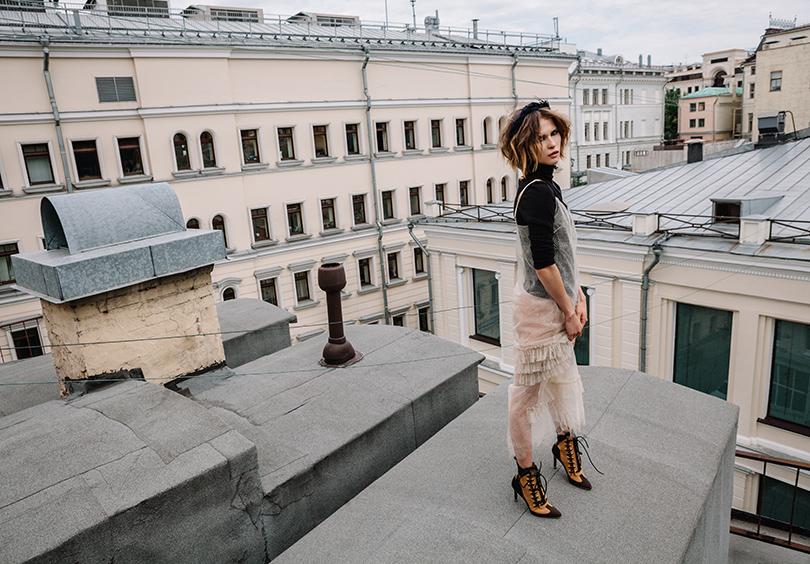 НаЛукерье: платье изкружева Ruban, свитер изкашемира ишерсти Dior, серьги изжёлтого металла Lanvin, кожаные ботильоны Louis Vuitton, ободок Konstantin Gayday