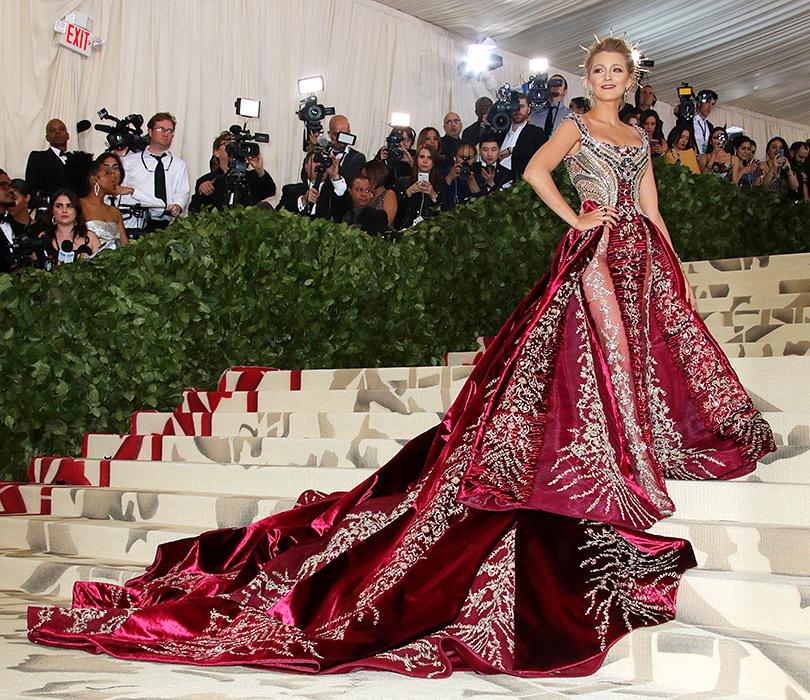 Самые яркие образы ковровой дорожки Бала Института костюма (Met Gala 2018). Блейк Лайвли вAtelier Versace