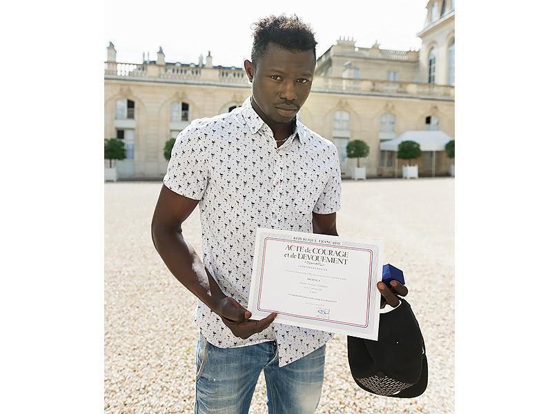 «Человек-паук» изМали спас ребенка истал национальным героем Франции