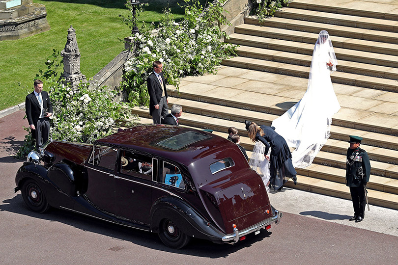 Свадьба Принца Гарри и Меган Маркл. Меган Маркл в платье Givenchy поднимается в часовню