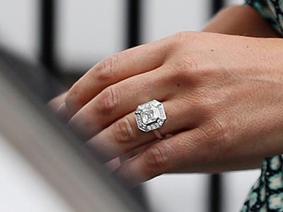 Пиппа. Помолвочное кольцо: встиле ар-деко стрехкаратным бриллиантом «Ашер» вцентре